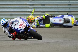 Rossi se cae mientras Lorenzo rueda en cabeza.