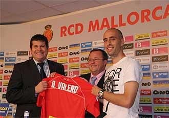 El presidente del club bermellón, Bartolomé Vidal, y el consejero delegado, Javier Martí Asensio, con Borja.