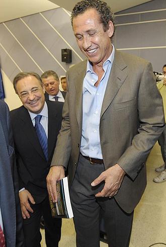 Valdano, en la imagen junto al presidente Florentino Pérez, explicó las salidas de Robben y Sneijder del Real Madrid