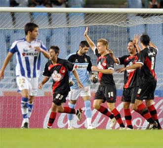 Los jugadores del Rayo celebran un gol en Anoeta