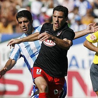 Juanito pelea un balón con Maxi Rodríguez
