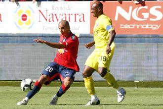 Carlos Aranda centra ante la oposición de Marcos Senna en el encuentro de Liga que enfrentó a Osasuna y Villarreal el pasado domingo.