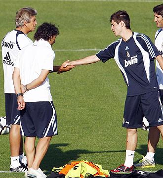 Christian, canterano del Real Madrid Castilla, se presenta a Pellegrini durante el entrenamiento matinal de este miercoles en Valdebebas
