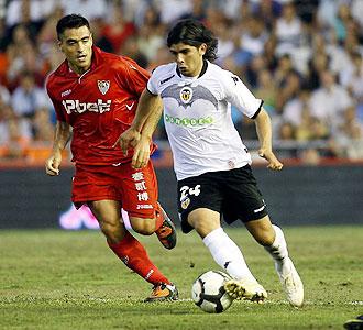 Ever Banega inicia la jugada que supuso el 2-0 ante el Sevilla.