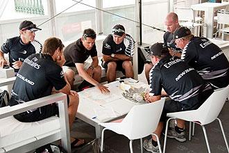 Los miembros del equipo del New Zealand, uno de los participantes en las regatas previas de la Louis Vuitton