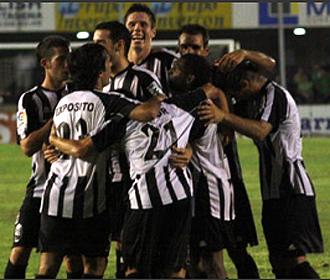 Los jugadores del Cartagena celebran el tercer gol conseguido por Toché y que culminaba la remontada ante el Elche en los últimos minutos
