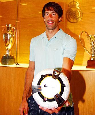Van Nistelrooy posa para MARCA en la Sala Vip del Santiago Bernabéu