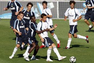 Diarra presiona a un jugador del Castilla durante el partidillo.