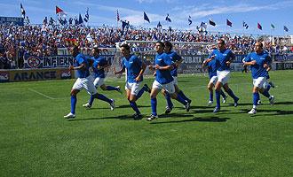 Los jugadores del Linares calientan antes de su último partido de Play-off hace dos temporadas.