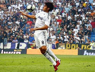 Kaká controla el cuero con el pecho en el partido contra el Deportivo