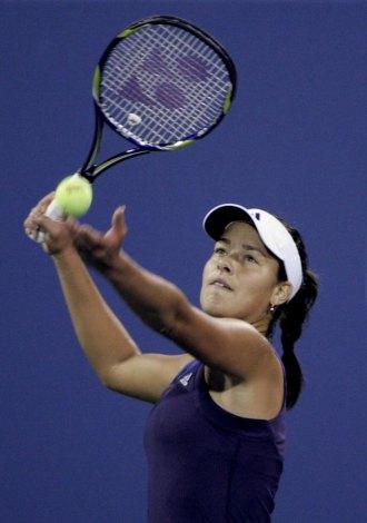 Ana Ivanovic realiza un saque ante Kateryna Bondarenko en el US Open 2009.