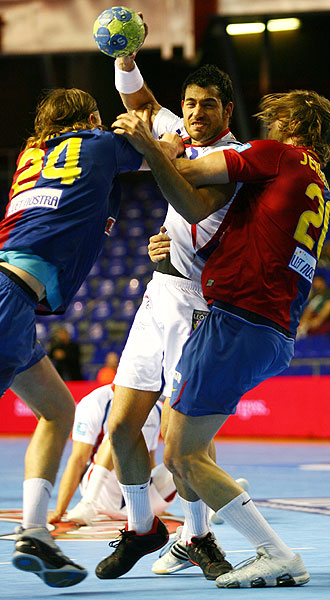 Sarmiento, agarrado por dos azulgrana, ha sido elegido el mejor de la Asobal 2008-09