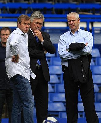 Roman Abramovich charla con Carlo Ancelotti, entrenador del Chelsea, y Eugene Tenenbaum, director deportivo del Chelsea