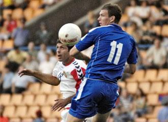 El bosnio Nikci pelea un balón con el armenio Manoyan