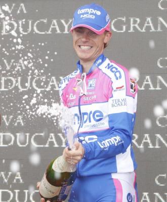 Damiano Cunego celebró con champán su triunfo.