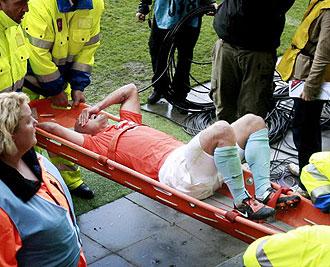 Sneijder en la camilla tras lesionarse