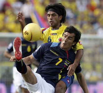 Vargas y Palacios, pugnando por un balón