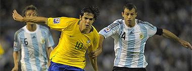 Kaká lucha con Mascherano por un balón