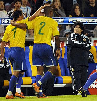 Brasil celebrando un gol ante la presencia de Maradona