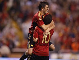 Villa y Cesc se abrazan tras hacer el quinto