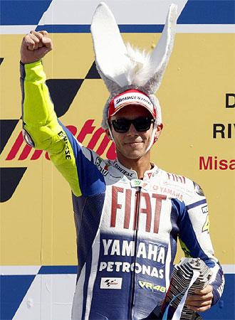 Rossi celebra su triunfo en el podio con unas peculiares orejas.