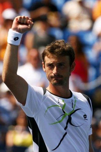 Juan Carlos Ferrero celebra la victoria ante Gilles Simon.