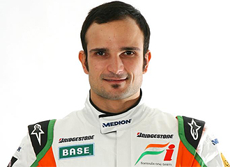 Liuzzi posa con el equipo Force India.