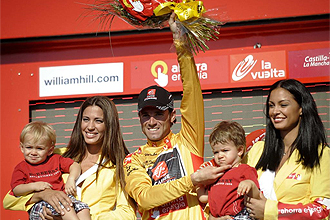 Alejandro Valverde, en el podio con sus hijos, tras la etapa con final en Murcia
