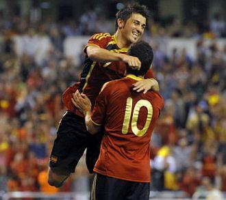 Cesc es felicitado por Villa en el partido ante B�gica
