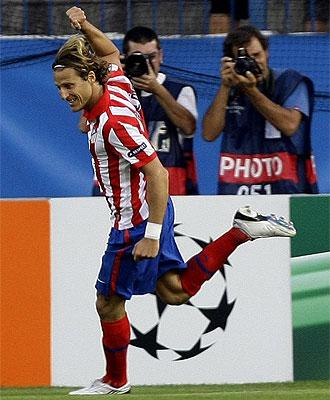 Forlán celebra el primer gol del Atlético contra el Panathinaikos en el Calderón.