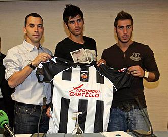 Miguel Palanca, el primero por la derecha, el d�a de su presentaci�n como nuevo jugador del Castell�n junto a Ricardo Pa�z y Xisco Campos