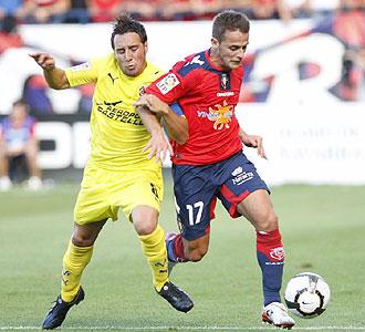 Cazorla y Camuñas disputan un balón en la primera jornada liguera.