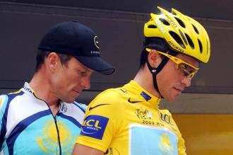 Contador, en el podio del Tour con Armstrong detr�s