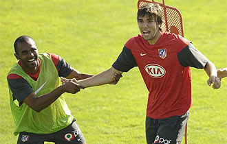 Sinama y Cabrera bromean en un entrenamiento.