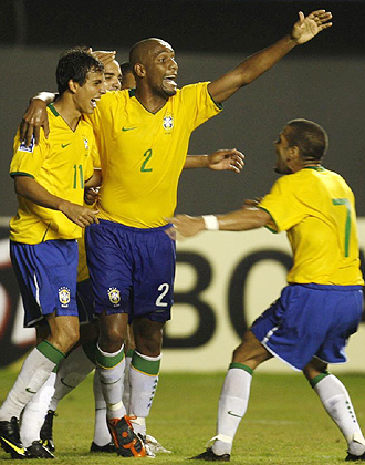 Nilmar, delantero del Villarreal, celebra uno de los tres goles marcados a Chile junto a Maicon y el azulgrana Dani Alves