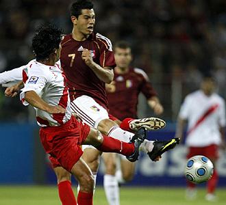 El valencianista Miku dispara a puerta durante el duelo entre Venezuela y Perú, en el que resultó decisivo para el triunfo local con sus dos goles