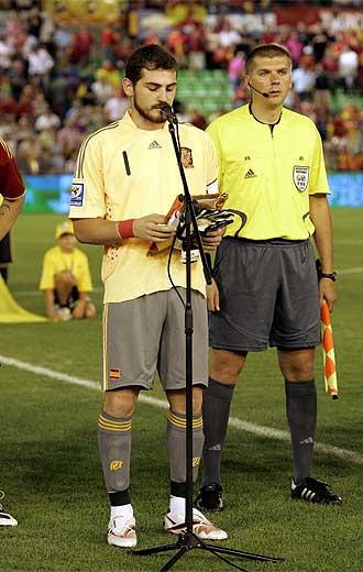Casillas lee el manifiesto de la FIFA contra el racismo en M�rida.