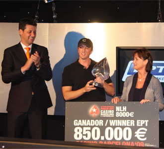 El ganador, con el trofeo y el cheque