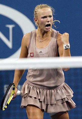 La danesa Caroline Wozniacki celebra su victoria ante la local Melanie Oudina y el hecho de alcanzar, por primera vez en su carrera, la semifinal de un Grand Slam