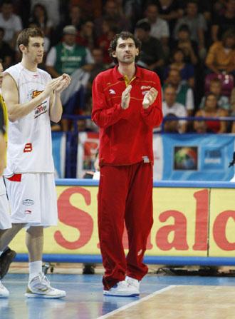 Jorge Garbajosa aplaude a sus compañeros contra Eslovenia