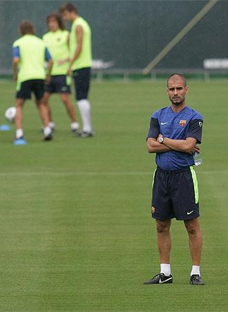 Guardiola dirige un entrenamiento del Bar�a.