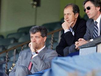 Gil Marín, Amorrortu y García Pitarch contemplan un entrenamiento desde el palco del Vicente Calderón.