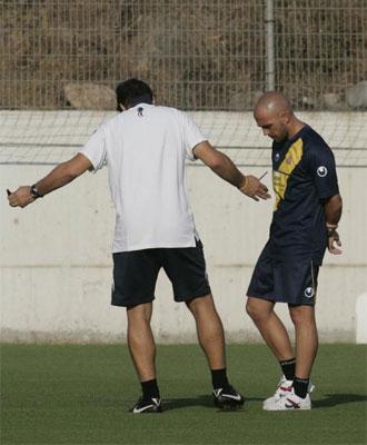 Pochettino habla con De la Peña durante un entrenamiento.