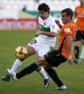 Sito Castro, durante un partido de la pasada temporada frente al Elche, intenta frenar al franjiverde Sa�l
