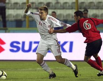 El albanés Curri agarra a Bendtner en el partido del pasado miércoles