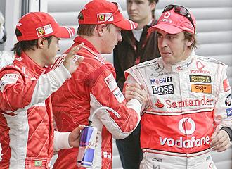 Kimi Raikkonenn saluda a Fernando Alonso, en presencia de Felipe Massa, durante el pasado Gran Premio de B�lgica