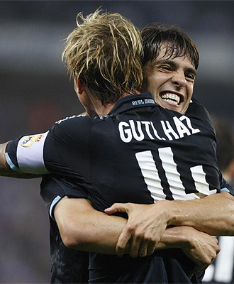 Guti se abraza con Kak� tras hacer el 0-2 ante el Espanyol