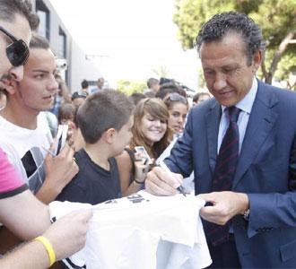 Valdano firmó autógrafos a los aficionados en Barcelona