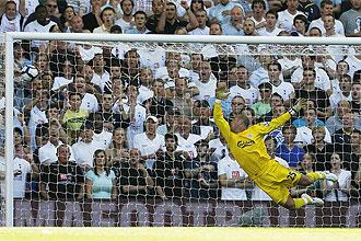 Reina encaja un gol ante el Tottenham