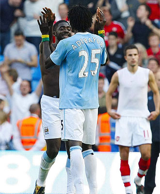 Adebayor y Touré, ex jugadores del Arsenal, celebran el triunfo del City.